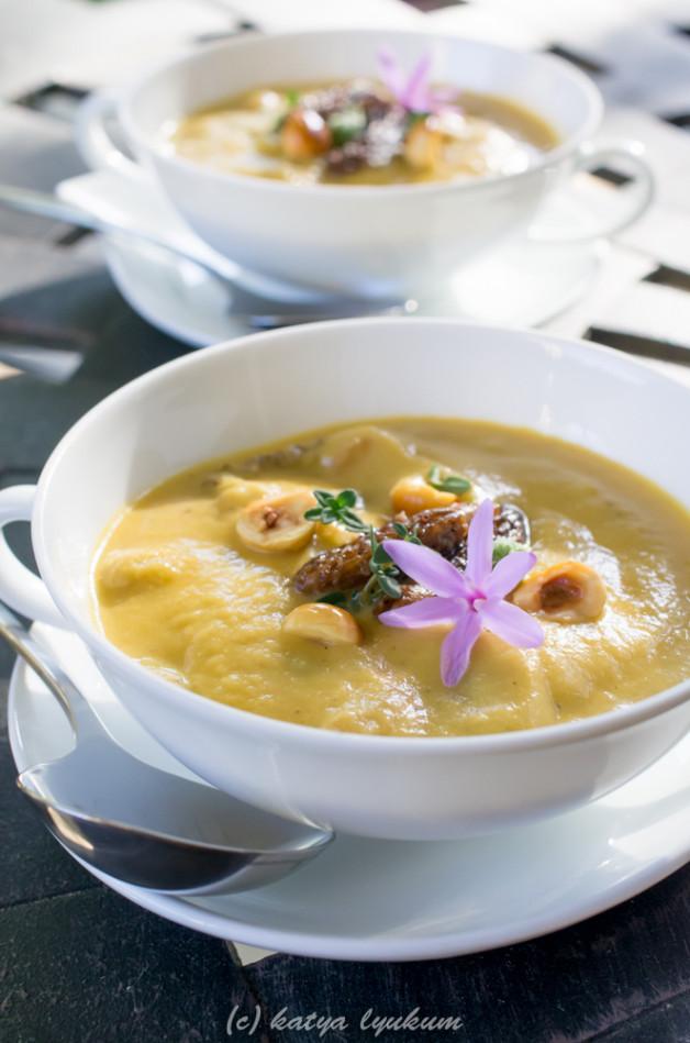 Суп-пюре со сморчками и лесными орехами
