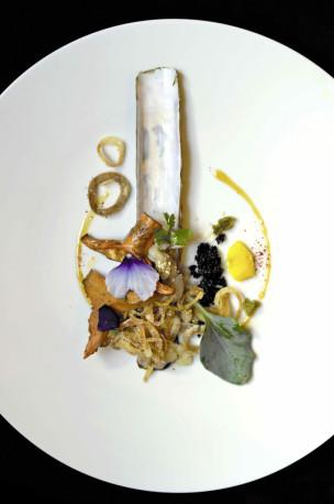 """тартар """"куто"""" (ракушки """"ножики"""") с рыжиками, соусом на основе мирина и кунжутного масла, оливковым тапенадом и устричной травой"""