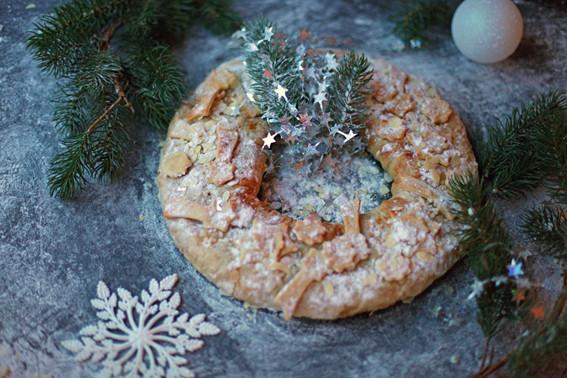 рождественский штрудель-венок готов,) а в центр ведро с мороженым)