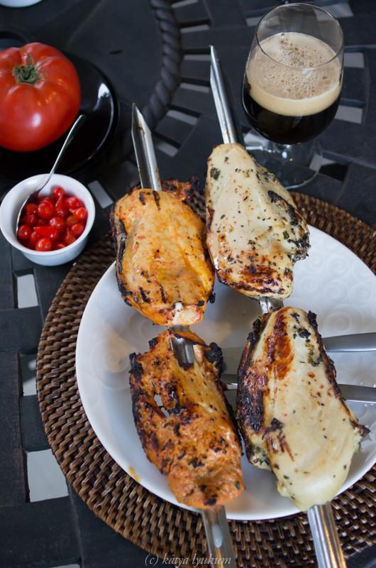 """Куриные грудки, маринованные в маринадах """"Кашаса"""" и """"Зеленый аромат"""" и приготовленные на гриле."""