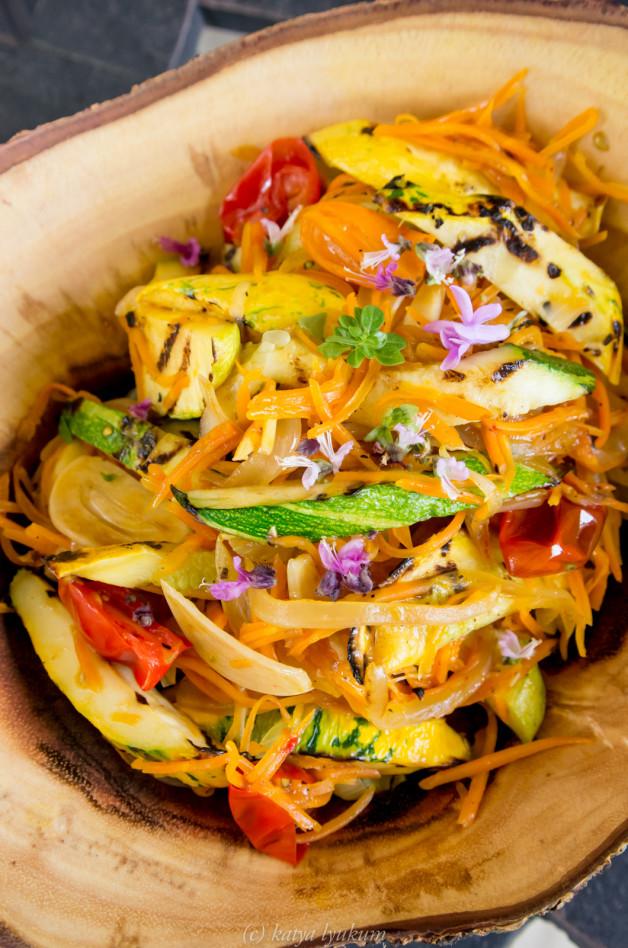 Салат из кабачков, моркови, лука, чеснока, помидоров, приготовленных на гриле