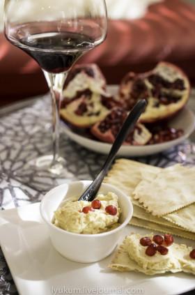Рецепт Хумус с орешками пинии и гранатовыми зернами