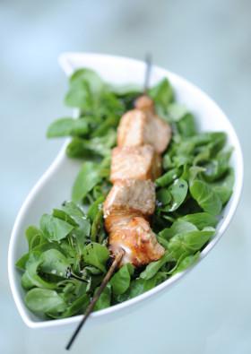 Рецепт Лосось в меде и горчице с зеленым салатом.