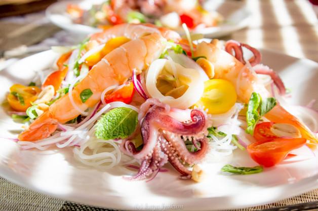 Ледяная рисовая лапша в салате с морепродуктами и заправкой с тайскими ароматами